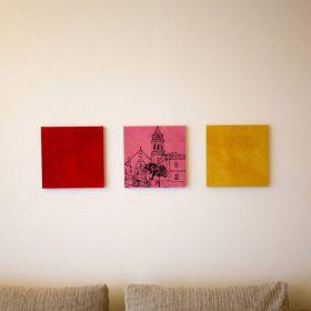 <p>函館市元町の鞄店「OZIO」永嶺康紀氏による本革張りの壁掛、ファイル、メモパッド、ティッシュケースを配置</p>