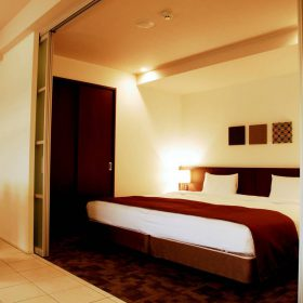 <p>ダイニングに隣接したベッドルームの他に、もうひとつベッドルームがございます *シモンズ社製ベッドを採用</p>