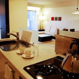 <p>対面フルキッチンは家族・グループ滞在に最適</p>