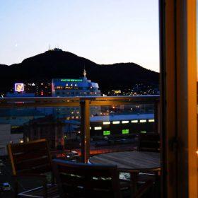 <p>リビングから函館山を望む *階層により眺望が異なります</p>