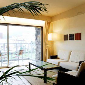 <p>リビングからの景色 *現在、他ホテルが建設中のため一部眺望が異なります </p>