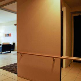 <p>トイレなど要所には常設の手すりを設置</p>