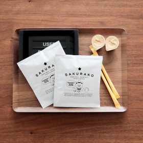<p>当館オリジナル、青森県青森市「COFFEE COLORS」のコーヒー、同「コノハト茶葉店」の緑茶をご用意</p>