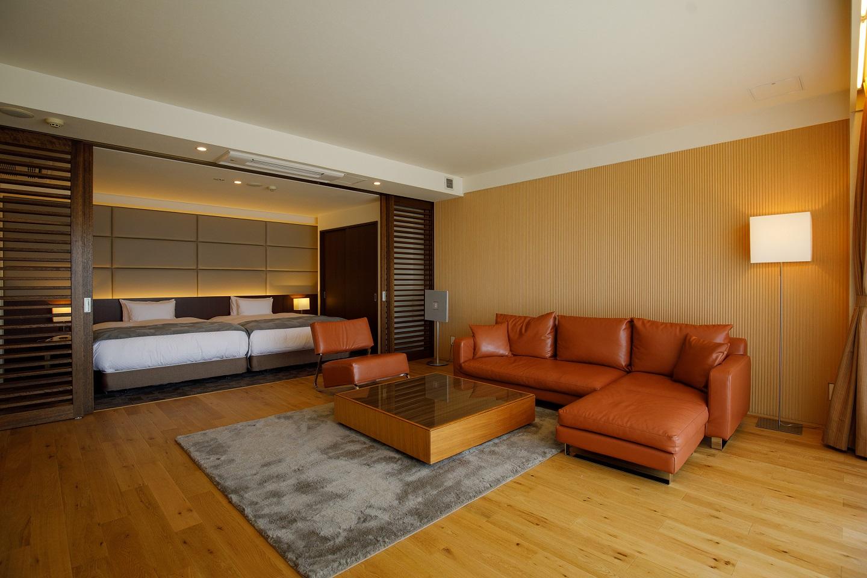 <p>ナラ材の床フローリング、壁面にも同素材のリブパネルを施工。部屋全体で着心地の良い素材を身にまとった様な、肌触りの良い質感とぬくもりを表現</p>