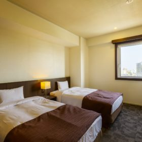 <p>入り口付近には、ドア付きのもうひとつのベッドルームがございます *シモンズ社製ベッドを採用</p>