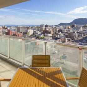 <p>バルコニーからの眺望 *現在、他ホテルが建設中のため一部眺望が異なります</p>
