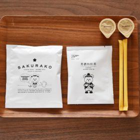 <p>当館オリジナル、青森県青森市「COFFEE COLORS」のコーヒー、同「コノハト茶葉店」の和紅茶をご用意</p>